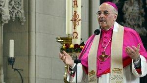 Am violetten Scheitelkäppchen (Pileolus) und dem Brustkreuz ist ein Bischof zu erkennen.