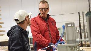 Thomas Riedel im Gespräch mit einem Beschäftigten in der Holzverarbeitung