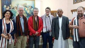 Indische Tradition: Zur Begrüßung gibt es einen Schal. Der Bischof von Itanagar, John Thomas Kattrukudiyil (zweiter von rechts), empfing die Delegation aus Deutschland (von links): Christa Kortwinkel, Hans-Georg Hollenhorst, Werner Meyer zum Farwig von Mis