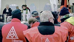 Ökumenischer Gottesdienst während des Streiks vor dem Werkstor der Firma Atlas im Herbst 2010. | Foto: Bernhard Wulftange