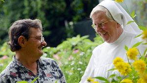 Ordensschwestern sind meist an einer Ordenstracht zu erkennen, zu der auch ein Schleier gehören kann.