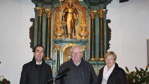 Martin Ruck (links), Heinz Schütte von der Antonius-Bruderschaft und Eufemia Schütte vor dem restaurierten Antonius-Altar.