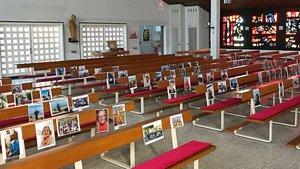Pfarrer Egbert Schlotmann hat Fotos auf den Plätzen der Kirche verteilt. Er hatte dazu aufgerufen, ihm solche Bilder zu schicken. Jeden Morgen beim Aufschließen der Kirche nimmt er sie in sein Gebet mit hinein.   Foto: privat