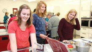 Auch das gemeinsame Kochen kann junge Frauen begeistern.