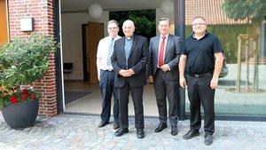 (von links): Geschäftsführer Markus Kortewille, Bischof Felix Genn, der ehemalige Geschäftsführer des Zentralfriedhofs, Ralf Hammecke und Domkapitular Hans Bernd Köppen. | Foto: Martin Schmitz