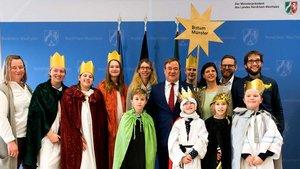 Ministerpräsident Armin Laschet (CDU, Mitte) mit acht Sternsingern aus der Pfarrei St. Vitus Olfen, die das Bistum Münster im Landeshaus in Düsseldorf vertraten.