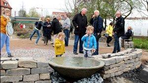 Kleine Besucher des Klostergartens am Brunnen. | Foto: Karin Weglage