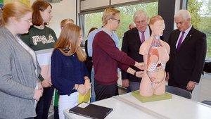 Schülerinnen und Schüler mit NRW-Gesundheitsminister Karl-Josef Laumann (2. v. r.),