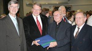 Während der Festakademie zum 80. Geburtstag von Metz 2008 in Münster (von links): Professor Jürgen Werbick, Fundamentaltheologe in Münster, Professor Thomas Sternberg, damaliger Direktor des Franz-Hitze-Hauses, Johann Baptist Metz (+) und der Alttesttament