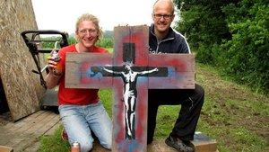 Der Künstler Mika Springwald (rechts) mit Daniel Gewand, Pastoralreferent in Coesfeld, der den Jugendkreuzweg mit vorbereitet hat