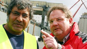 Franz Wellerding (rechts) mit einem ehemaligen Kollegen unterwegs im Hafen von Brake.