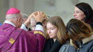 Bischof Genn legt Sophie und Clara Otremba bei der Zulassung zur Taufe die Hände auf. | Foto: Michael Bönte