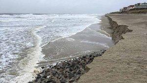 Das Foto zeigt die Abbruchkante des Badestrands von Wangerooge nach dem Orkan Sabine Anfang Februar. Der Orkan hatte einen großen Strandbereich fortgespült.   Foto: Stephan Trescher
