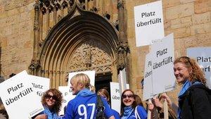 Wenn Hallen oder Plätze voll sind, informieren Helfer mit Schildern die Besucher - wie hier beim Katholikentag in Osnabrück im Jahr 2008. | Foto: Michael Bönte