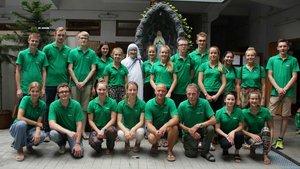 Die Gruppe von Schülern des Gymnasiums Mariengarden, Burlo, mit Schwester Mary Prema.