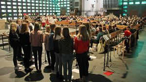 Auf große Resonanz stieß die Einladung der Klasse 9a der Bischöflichen Canisiusschule Ahaus (Vordergrund), die ganze Gemeinde zum Schulgottesdienst einzuladen. | Foto: Martin Schmitz