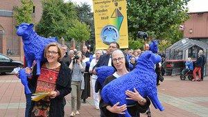Bei der vierte interreligiöse Friedenswallfahrt warben die blauen Schafe für Toleranz. | Foto: Jürgen Kappel