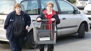 Elisabeth Surmann (links) begleitet Friederike Helms zum Einkaufen. | Foto: Michael Rottmann