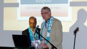 Klaus Hagedorn (rechts), Bistumspräses von Pax Christi, hat mehr Augenmerk für das Thema Gewaltfreiheit gefordert. Links der indische Jesuit George Pattery.