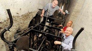Das alte Uhrwerk von 1554 gehört zu den ältesten Schlagwerken in Deutschland. Es wurde 2012 von Dieter Goldschmidtböing (links) aus Bocholt restauriert. Josef Schröer (vorne rechts, mit Johannes Schubert, Chef der Dombauhütte) dokumentierte die Arbeit in e