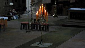 15 Kerzen auf einem Leuchter im vorderen Altarraum des Münsteraner Doms