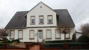 Das in die Jahre gekommene Pfarrhaus in Laggenbeck wird zugunsten eines neuen Kirchen-Campus verkauft.   Foto: Johannes Bernard