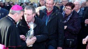 Viele Menschen gratulierten dem neuen Offizial, Weihbischof Wilfried Theising (links). | Foto: Franz Josef Scheeben