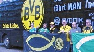 Fans vor dem Mannschaftsbus.