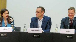 Diskutierten im Franz-Hitze-Haus (von links): Christiane Florin, Moderator Frank Meier-Hamidi und Martin Zumbült.