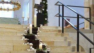 Ein Adventskranz mal anders: Kerzen bilden eine Straße über die Studen den Hildesheimer Doms. | Foto: P. Nikolaus Nonn