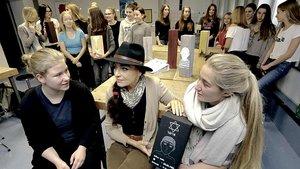 Mit den Schülerinnen der Xantener Marienschule erarbeitet die Künstlerin Laula Plassmann (Mitte) Grabsteleln, um an das Schicksal jüdischer Mitbürger zu erinnern.