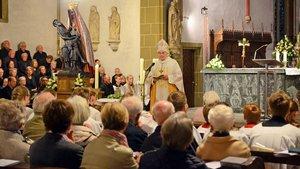 Bischof Genn predigte in der Propsteikirche in Telgte, neben ihm steht das geschmückte Gnadenbild. | Foto: Ann-Christin Ladermann (pbm)