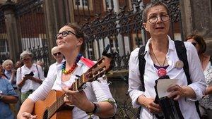 """Initiatorinnen Elisabeth Kötter (links) und Andrea Voß-Frick bei einer Demonstration der Aktion """"Maria 2.0"""" in Münster. Kötter, freischaffende Künstlerin, zeigt eine Wanderausstellung der Protest-Initiative.   Foto: Michael Bönte"""