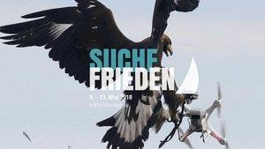 Plakat » Abgefangen« : Ein speziell trainierter Adler greift sich bei einer militärischen Übung auf der französischen Air Base Mont-de-Marsan eine fliegende Drohne. | Foto: Reuters