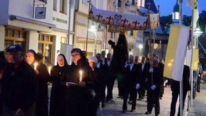 Mit dem Gnadenbild zogen die Gläubigen durch die geschmückte Altstadt. | Foto: Ann-Christin Ladermann (pbm)