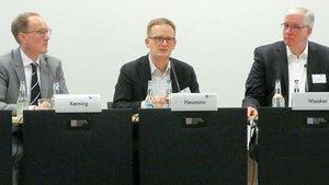 Auf dem Podium im Franz-Hitze-Haus (von links): Professor Peter Kenning, Felix Neumann und Christian Weisker. | Foto: Gerd Felder