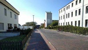 Nur wenige Menschen sind derzeit in den Straßen und Gassen unterwegs. Das Foto zeigt den Weg, der von der Strandpromenade hinauf zur St.-Willehad-Kirche (im Hintergrund zu sehen) führt. Es entstand im Herbst 2019.   Foto: Michael Rottmann