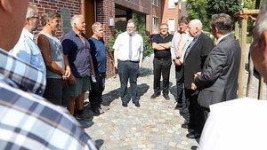 Bischof Genn im Gespräch mit Angestellten der Friedhofsverwaltung. | Foto: Martin Schmitz