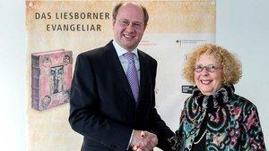 Landrat Olaf Gericke und Kunsthändlerin Sandra Hindman. | Foto: Kreis Warendorf, Guido Kirchner