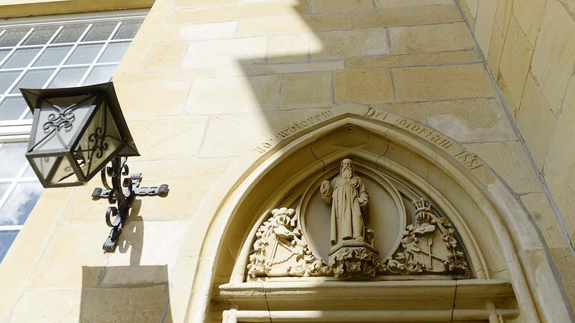 """Über dem Eingang eine Statue des """"Schwienetüns""""."""