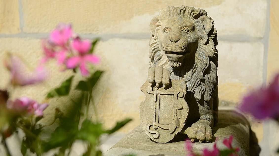 Ein Löwe bewacht das Wappen der Familie von Twickel.