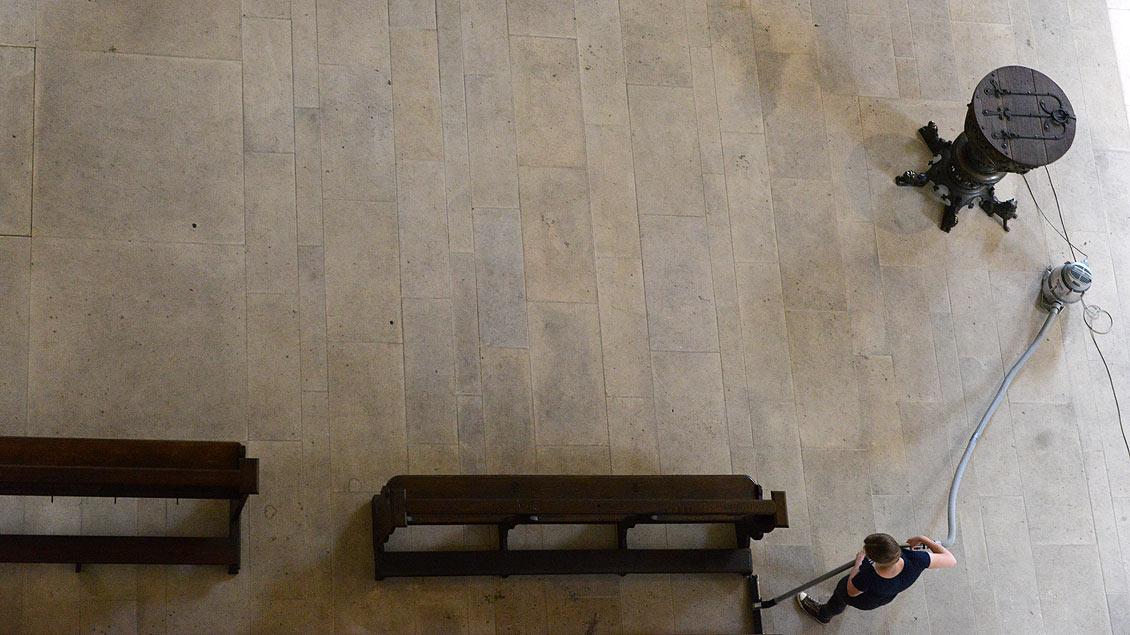 Reinigungsarbeiten im Dom - mal von weit oben betrachtet.