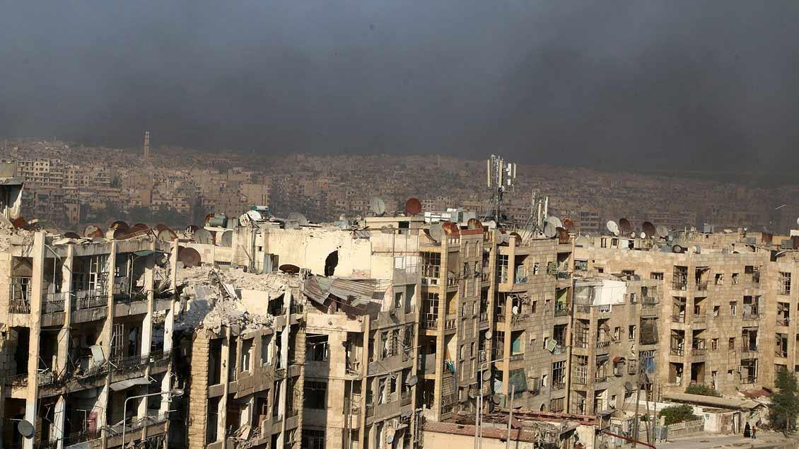 Rauch von brennenden Reifen soll Kampfflugzeuge über Aleppo irritieren.