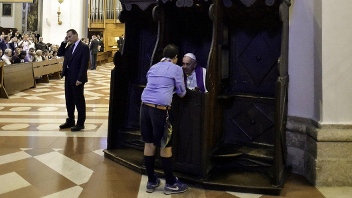 Papst Franziskus nimmt einem Mann in Assisi die Beichte ab.