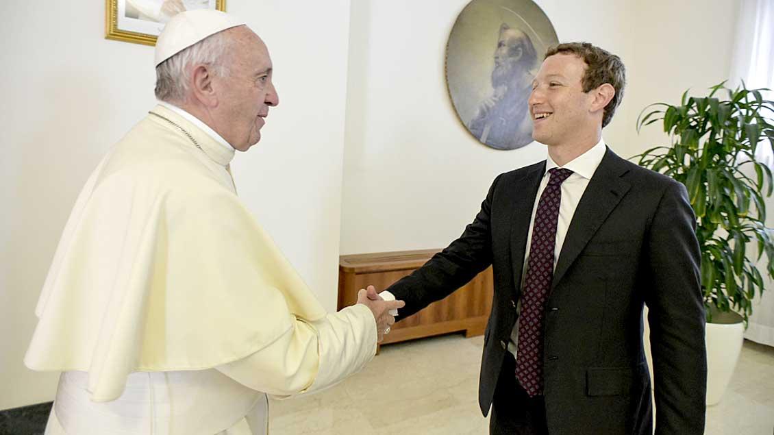 Papst Franziskus begrüßt Facebook-Gründer Mark Zuckerberg.