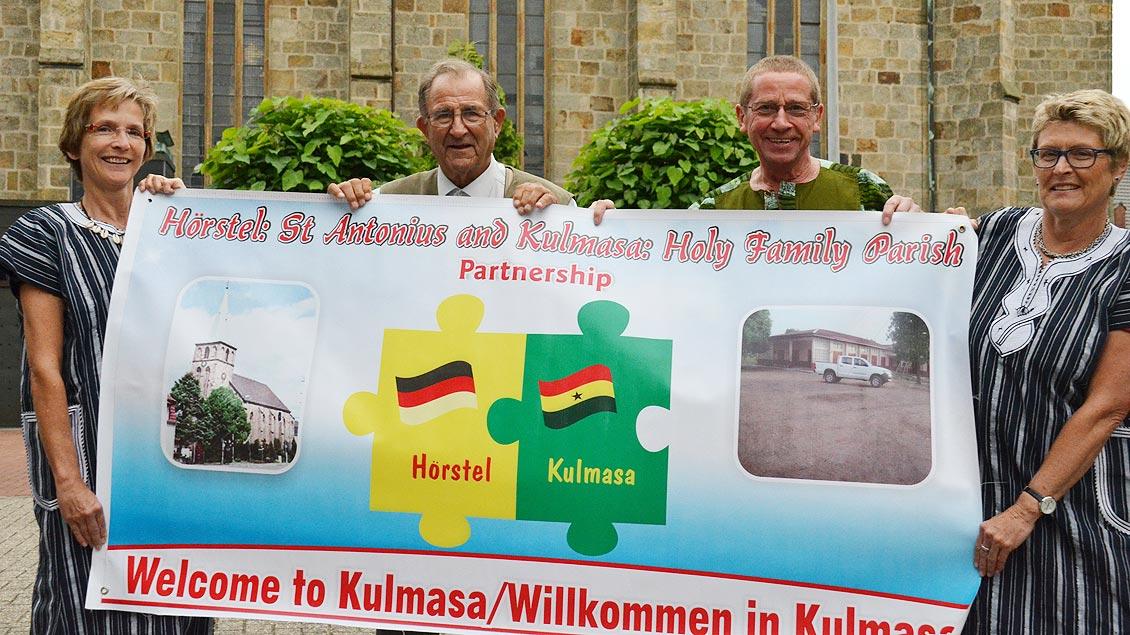 Im Juli hat Pater Bernhard Hagen (2. von links) Ghana bereist.