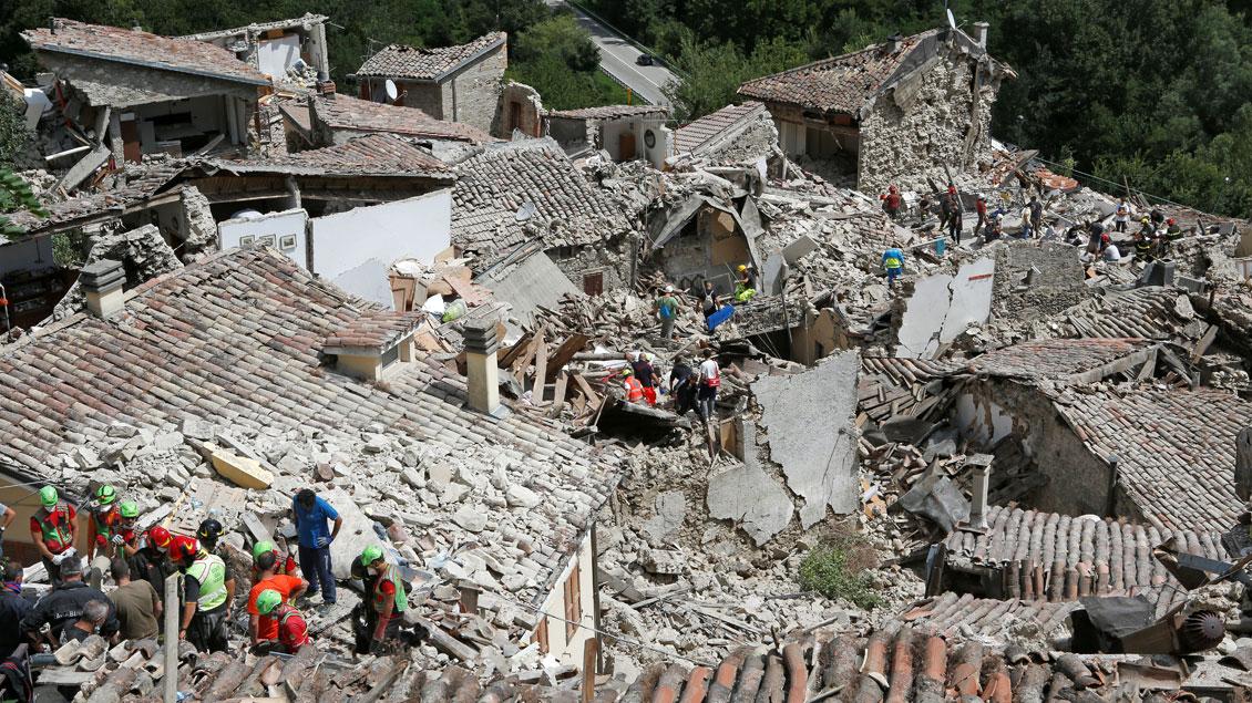 Rettungsteams suchen nach Verschütteten.