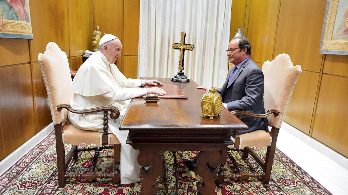 Papst Franziskus spricht mit dem französischen Präsidenten Francois Hollande.