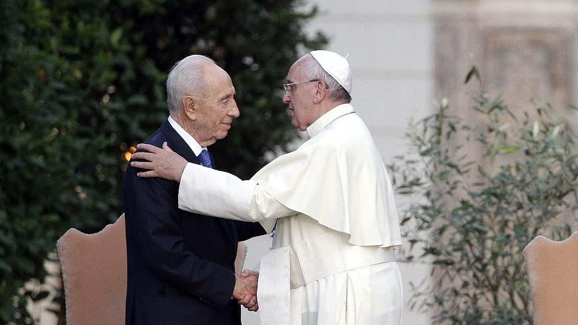 Papst Franziskus und Schimon Peres