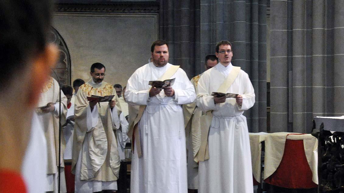 Jeremias Kehren (links) und Jakob Mannheimer werden zu Priestern geweiht Foto: pbm